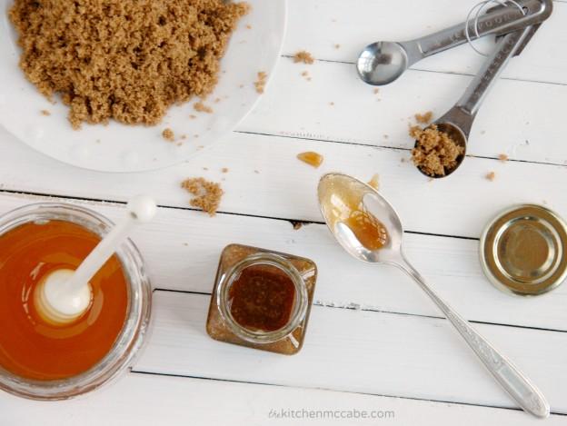 Exfoliant facial din miere si zahar brun