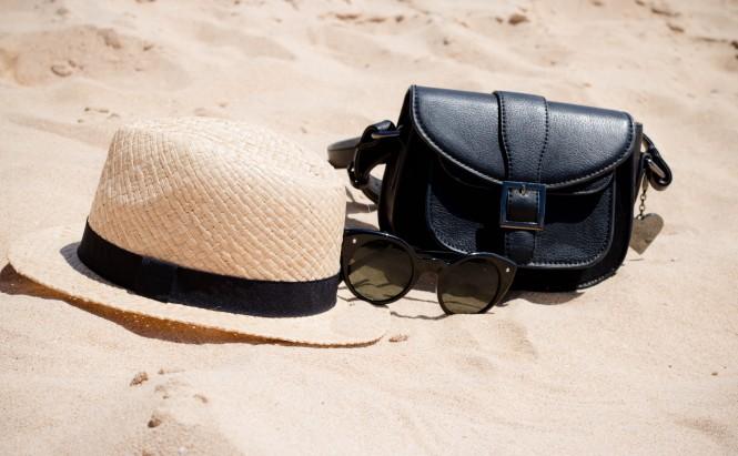 geanta si palarie pe plaja
