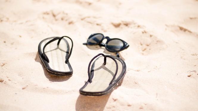 slapi si ochelari pe plaja