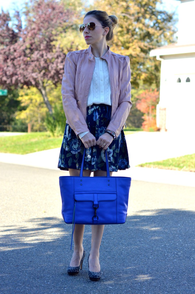geaca roz rochie inflorata geanta albastra