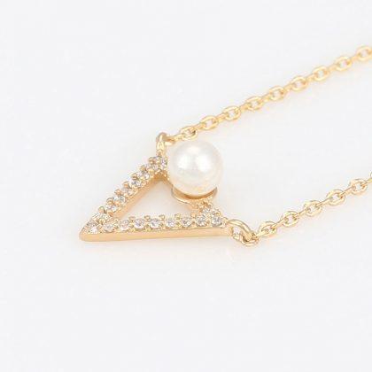 Colier pandantiv triunghi perla placat aur fata