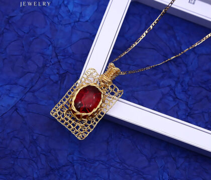 Colier elegant placat aur cristal rosu fata